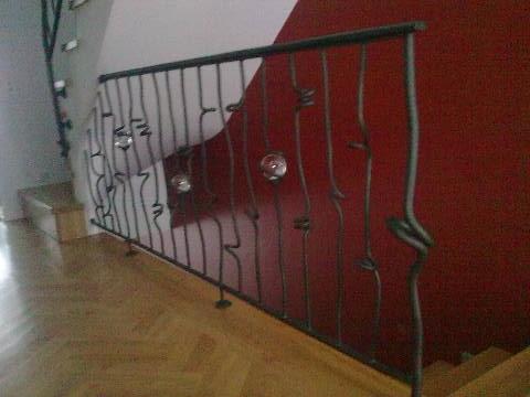 Konstrukcja_schodow_pod_stopnie_szklane__balustrada_w_petelki_zmodyfikowana_wersja_o_dodatkowe_szklane_kule